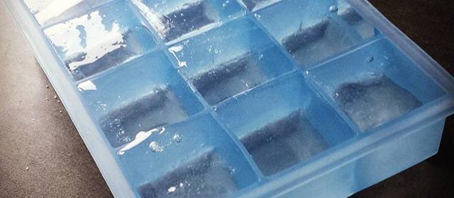 Klare isterninger i en silikoneform.